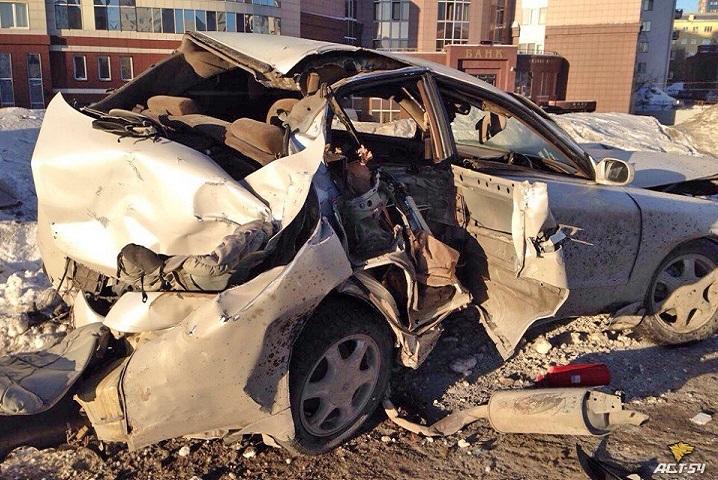 ВНовосибирске Тоёта Chaser врезался врекламный щит. отправлены вбольницу трое