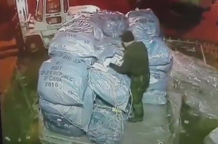Ваэропорту Шереметьево грузчик попался накраже телефонов изпосылок