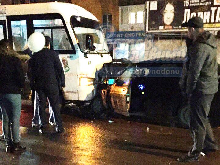 ВРостове «ВАЗ» влоб протаранил маршрутку спассажирами