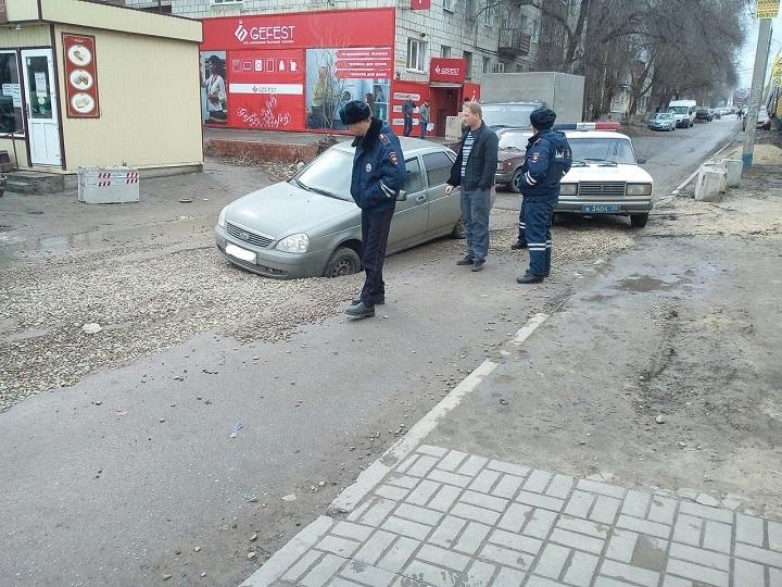 «Лада» провалилась передним колесом васфальт наюге Волгограда