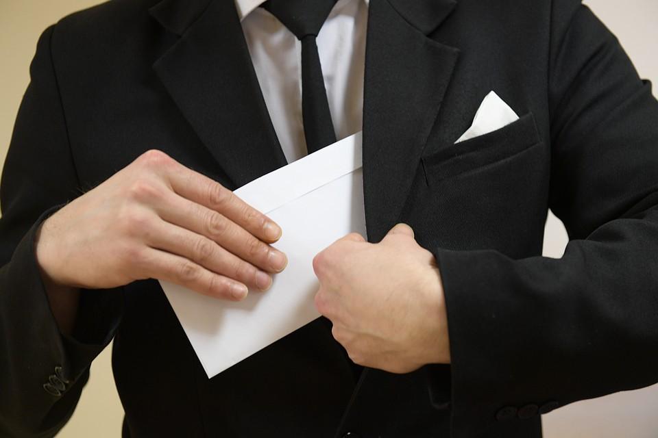 ВоВладимире юрист пытался передать взятку следователю, часть забрав себе