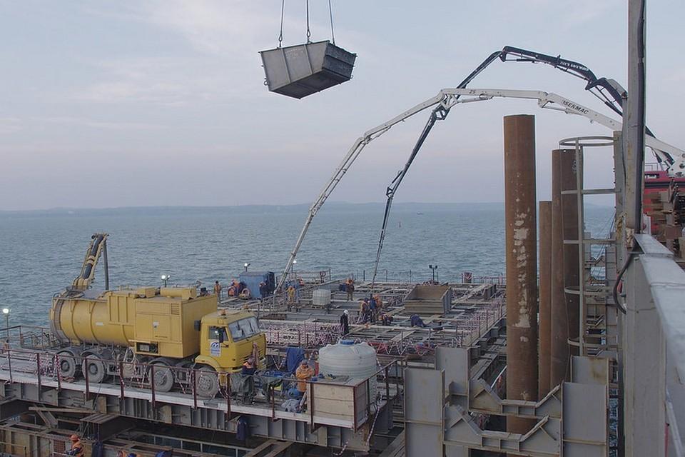 Строители начали бетонирование важного элемента моста вКрым