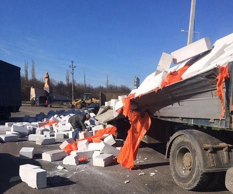Под Воронежем грузовой автомобиль прямо находу рассыпал надорогу пенобетонные блоки