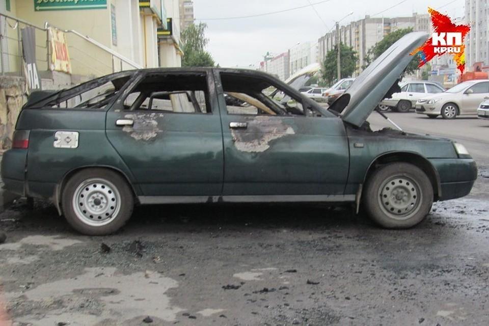 В социальных сетях опубликовали видео, как вКазани неожиданно загорелась машина спассажирами