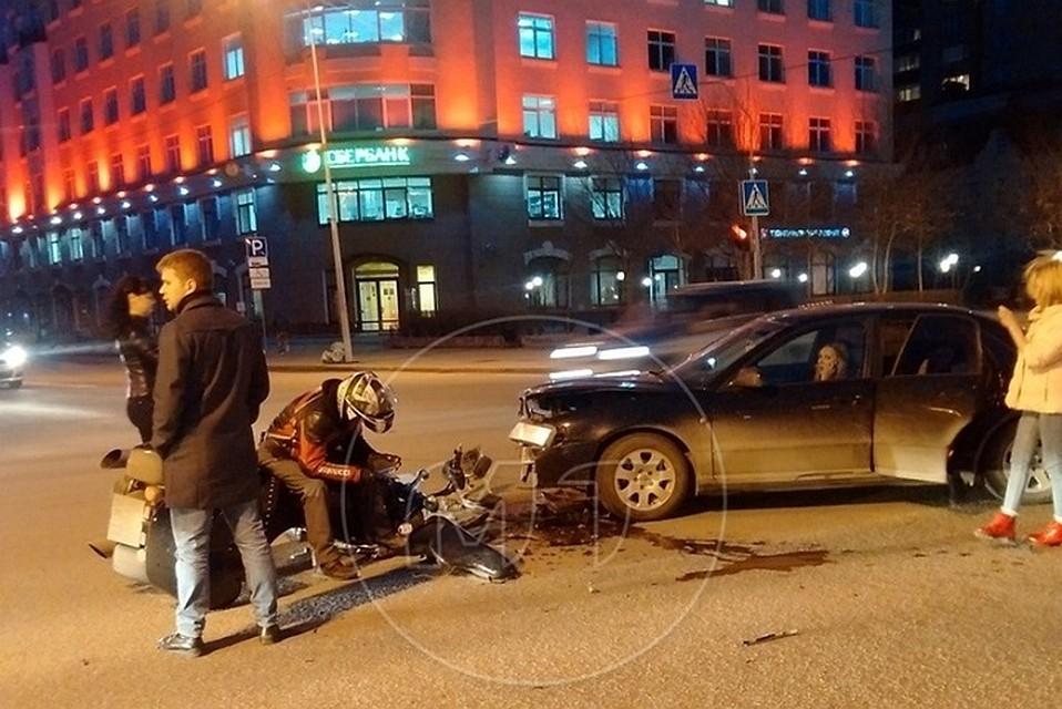 Наперекрестке вцентре Тюмени столкнулись легковушка имотоцикл