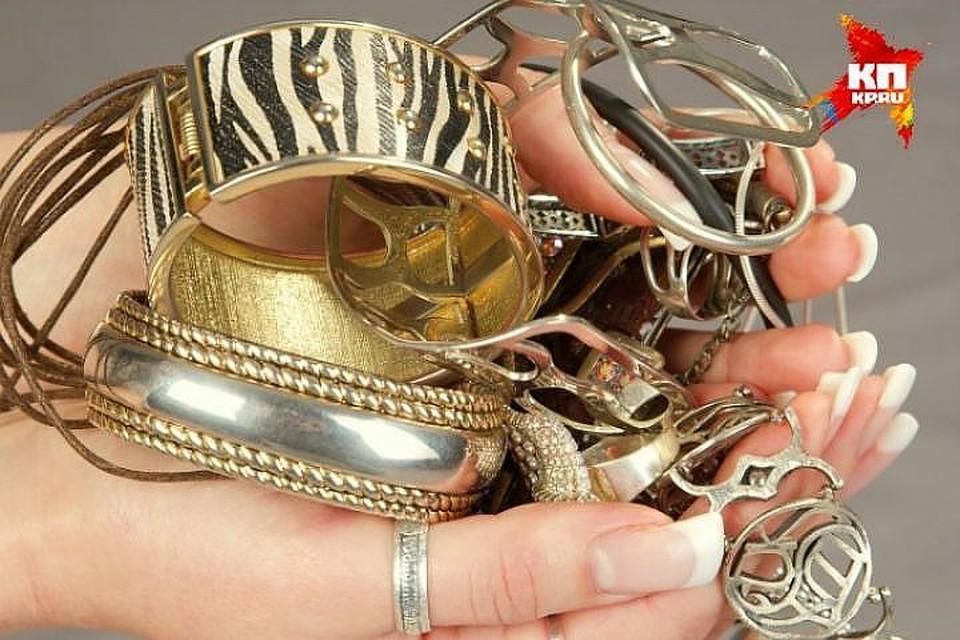 Петербург: Четверо вчулках ограбили ювелирный салон