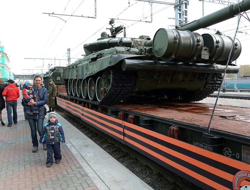 ВОмск прибыл Поезд Победы станками игаубицами
