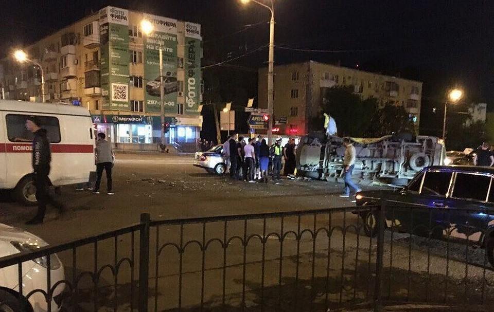 ВРостове-на-Дону скорая перевернулась после столкновения стакси