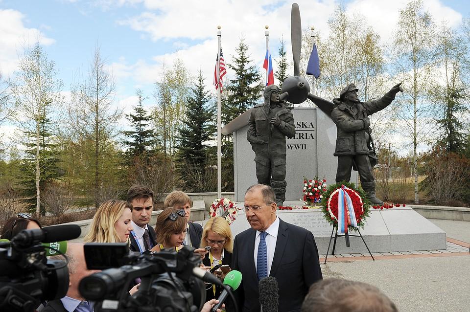 Лавров иКисляк возложил цветы к монументу героям Алсиба наАляске