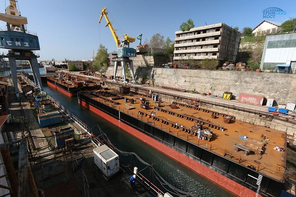 Вморе вышли понтоны для сборки арок Крымского моста