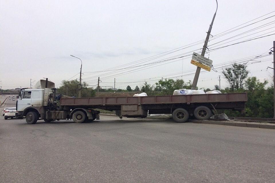 ВВолгограде «МАЗ» сцементом врезался встолб и приостановил движение трамваев