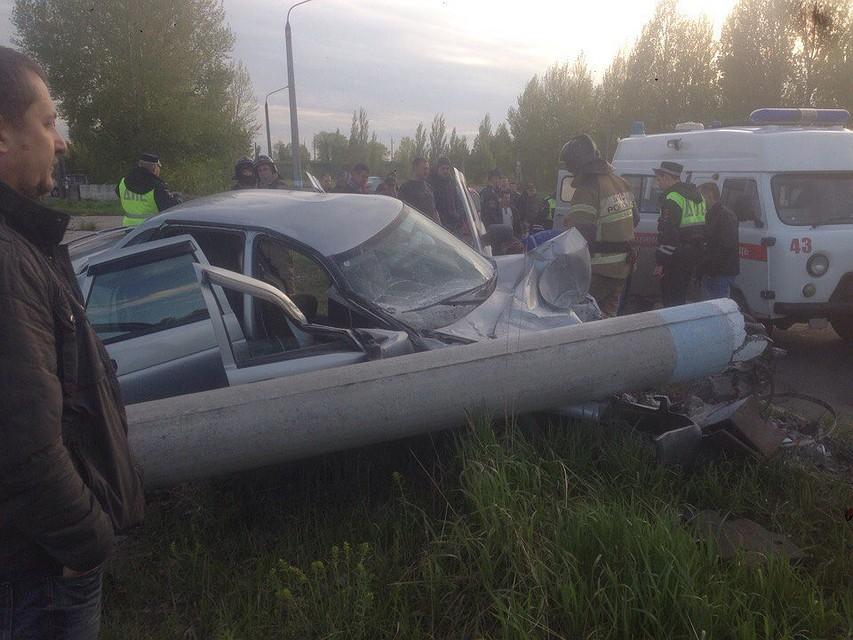 «Приора» врезалась встолб напромзоне вУльяновске. шофёр умер