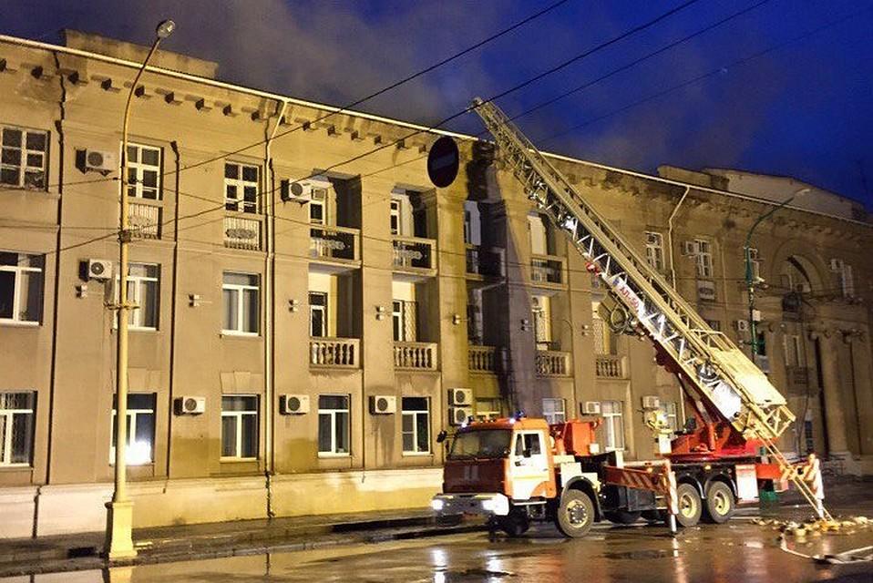 Кровля здания мэрии вВолжском загорелась ночью отдельными очагами