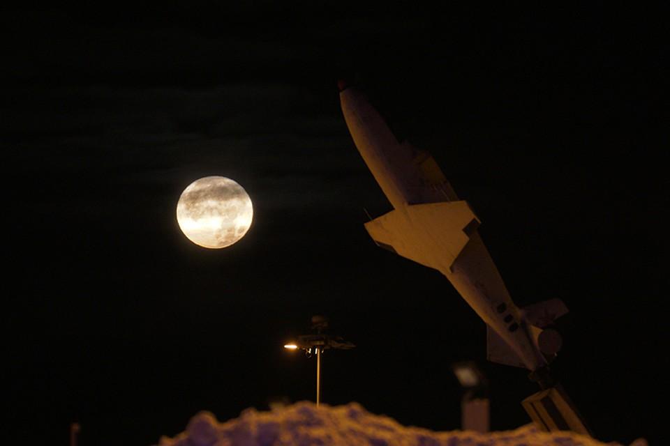 По гипотезе Владимира Коваля, пришельцы-астроинженеры не везли Луну с собой «из дома». Ее подобрали в Солнечной системе.