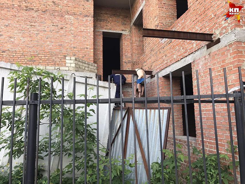 ВСаратове при падении скрыши недостроенного дома умер ребенок