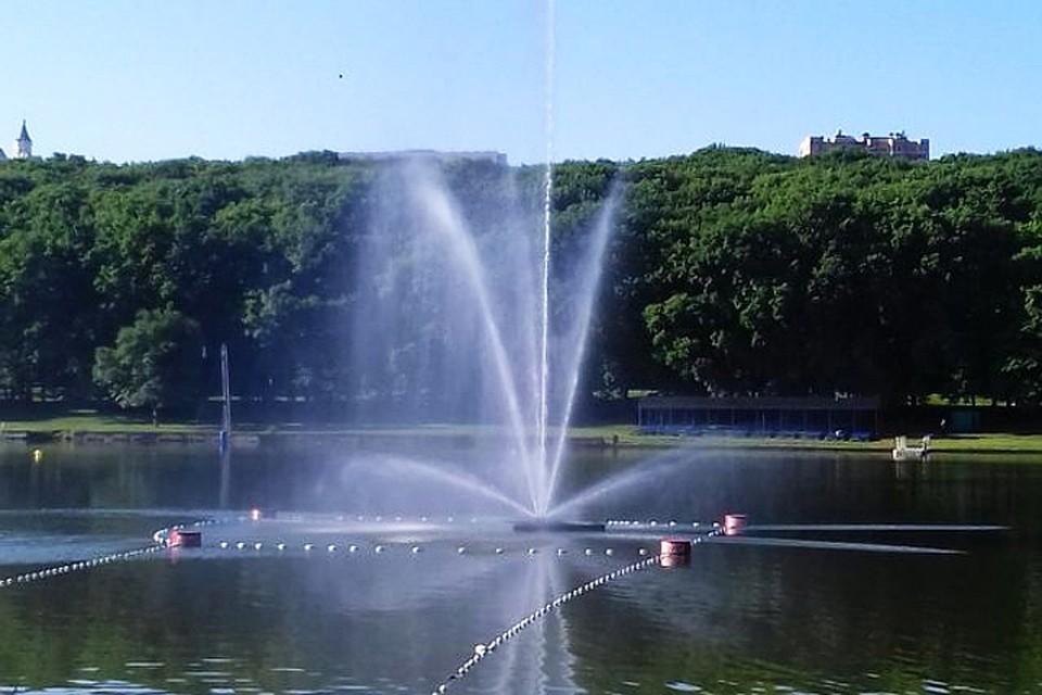 Плавающий фонтан украсил Комсомольское озеро