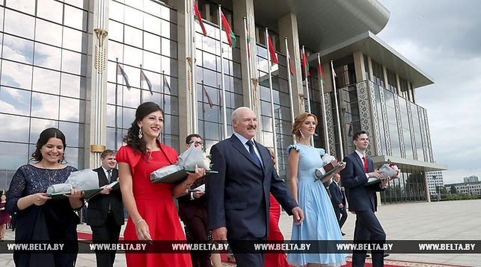 Лукашенко— выпускникам: вынужны Беларуссии, так как тут ваш дом