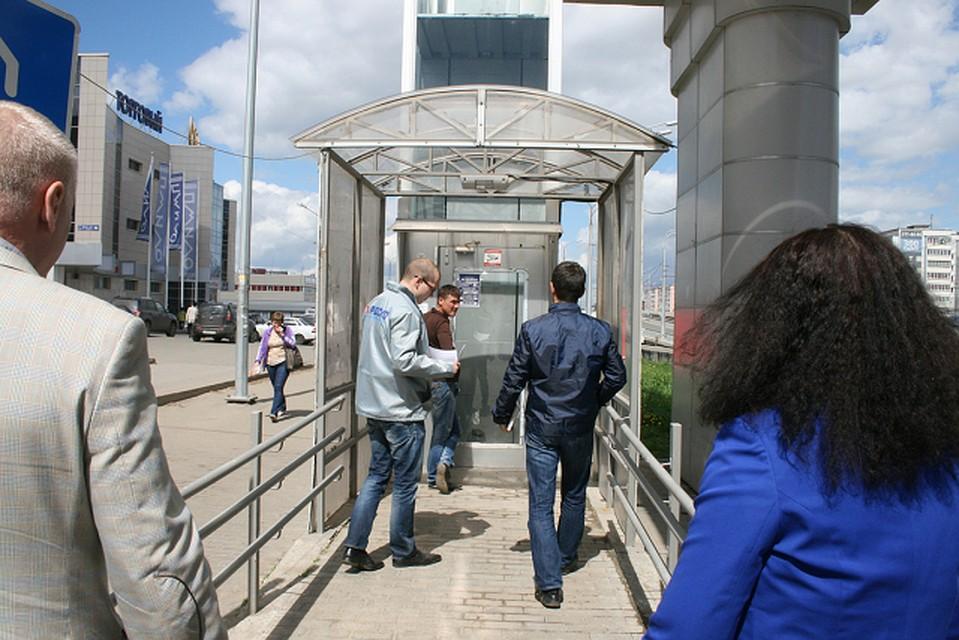 Активисты ОНФ проверили работу лифтов для людей сограниченными возможностями впешеходных переходах Казани