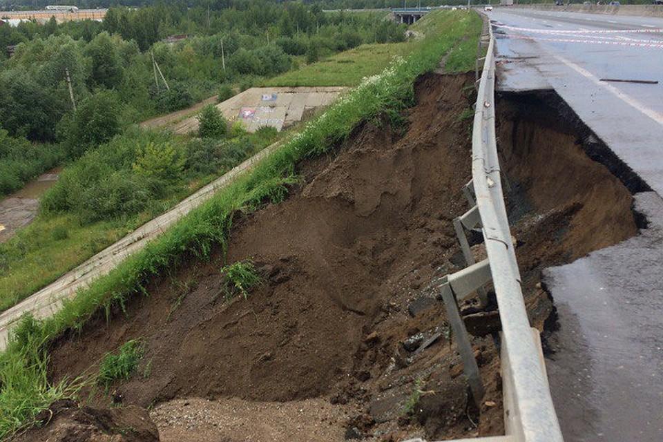ВПерми сильный ливень размыл дорогу уКрасавинского моста