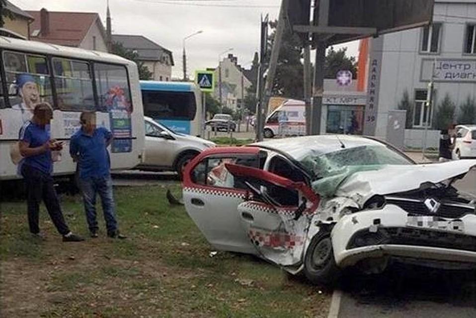 ВКраснодаре таксист врезался вавтобус, а после этого вдерево, пострадали трое