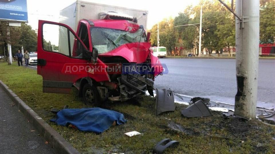 ВУфе шофёр  фургона  разбился, въехав встолб