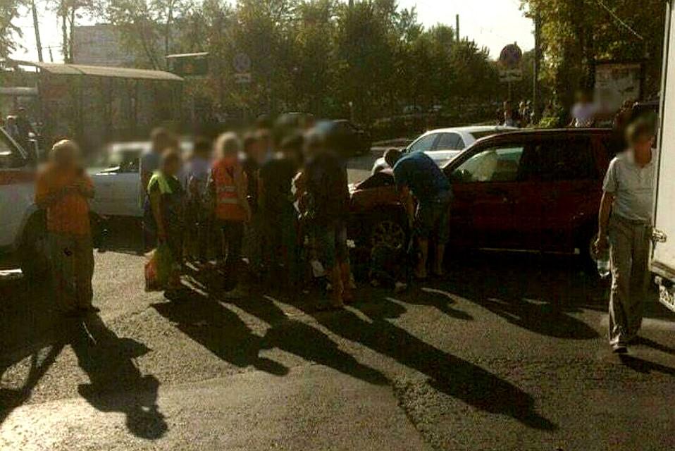 ВКраснодаре попавшая вДТП Тойота сбила напереходе девушку