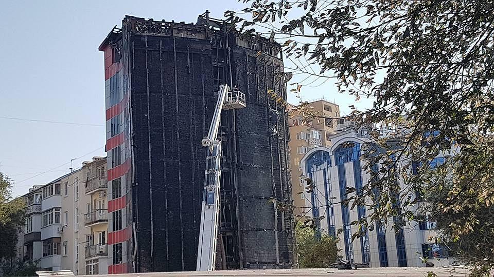 Верхние конструкции сгоревшего вРостове отеля демонтируют при помощи вышки