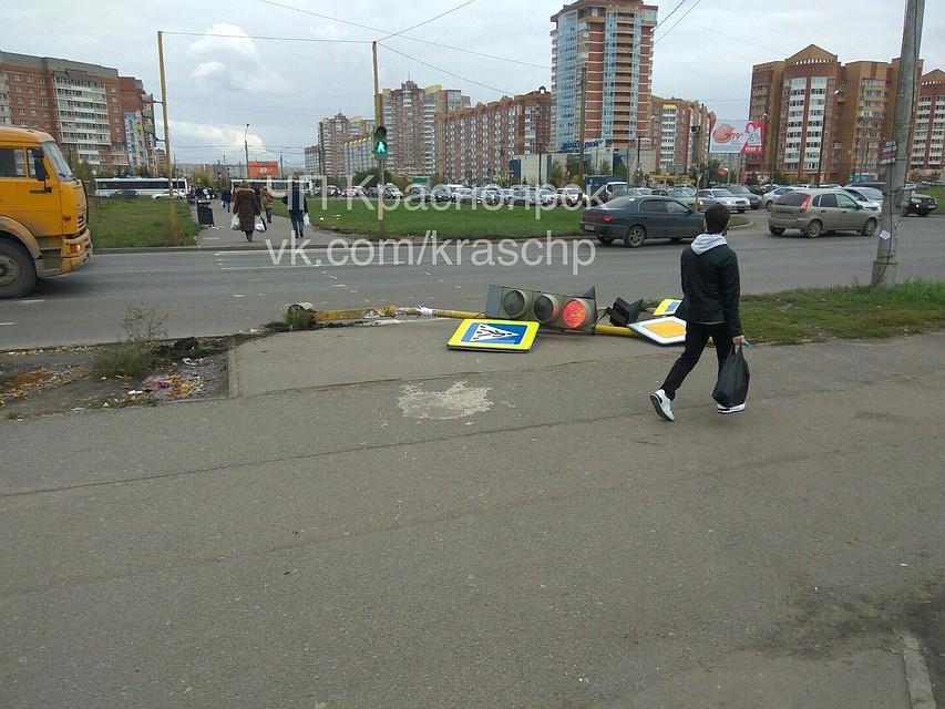 ВКрасноярске упал светофор ичуть неубил пешеходов