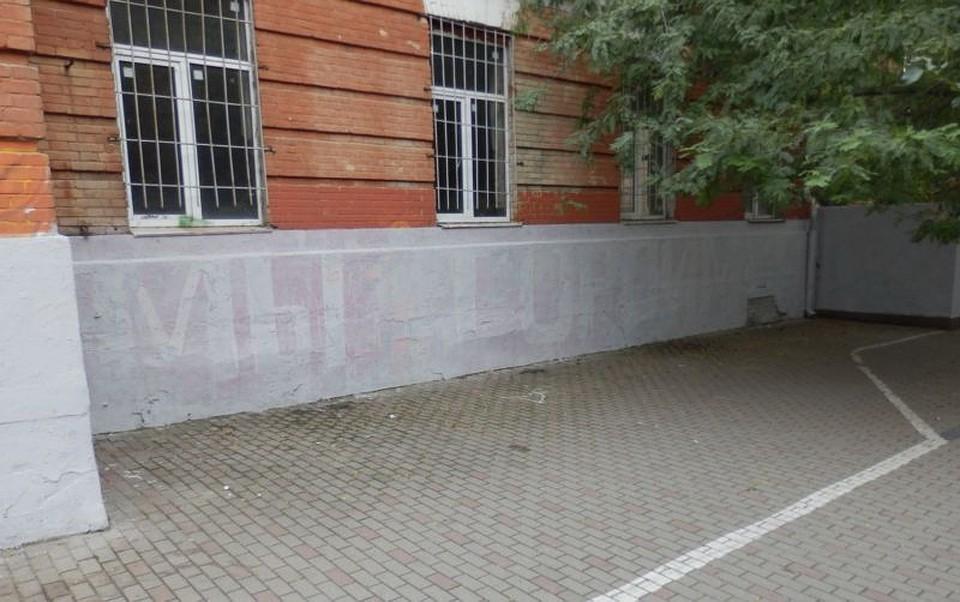 ВРостове работники ЖКХ закрасили граффити, посвященное памяти ВОВ