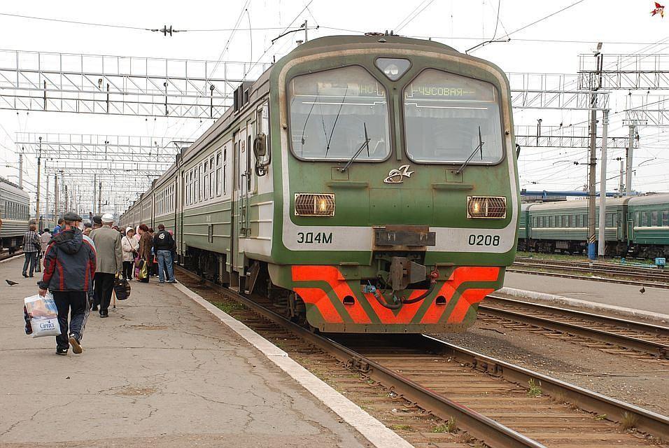 Пассажиры пермской электрички вытолкнули застрявшую нарельсах машину