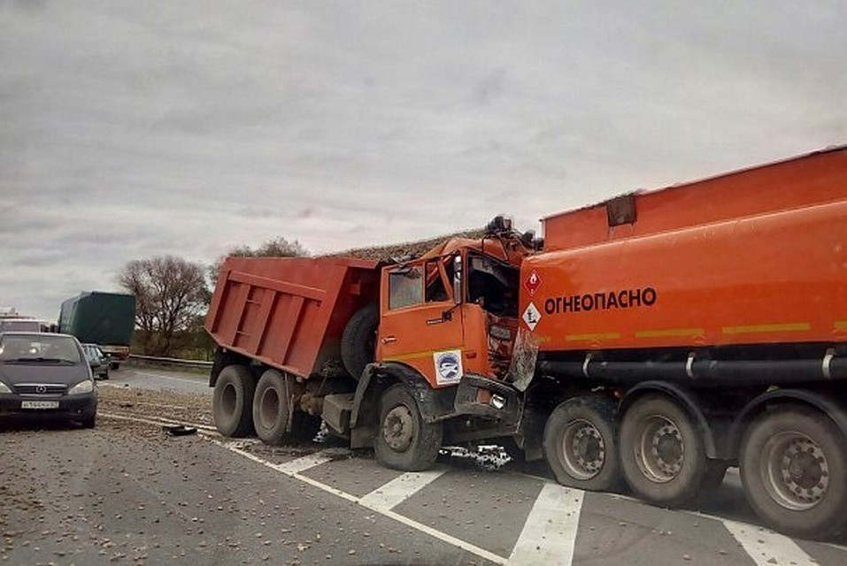 ВВыгоничском районе самосвал врезался вбензовоз