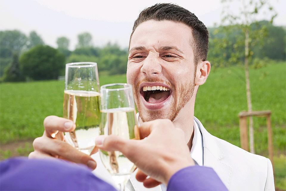 Ученые: небольшое количество алкоголя помогает лучше говорить наиностранных языках