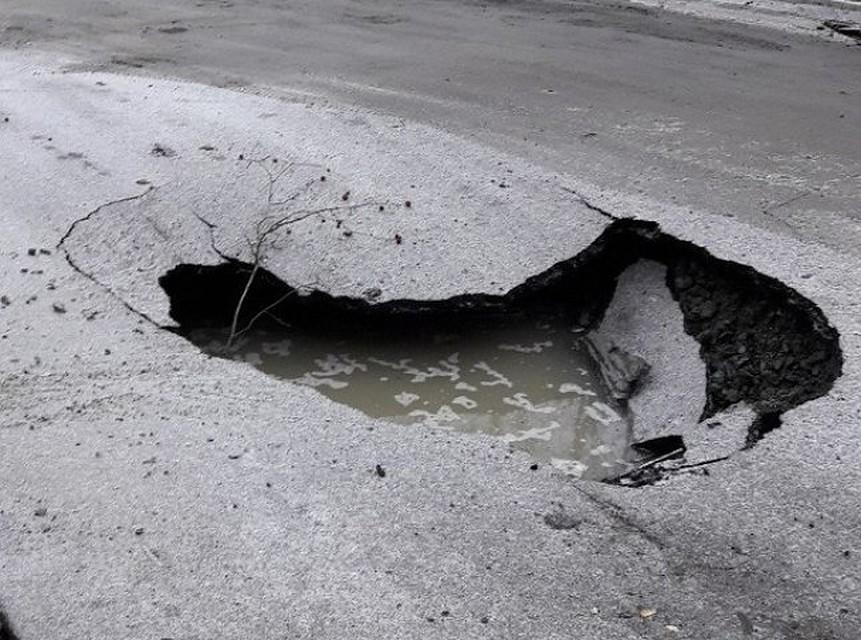 «Асфальтожуй»: вЕкатеринбурге наотремонтированной дороге появился двухметровый «кратер»