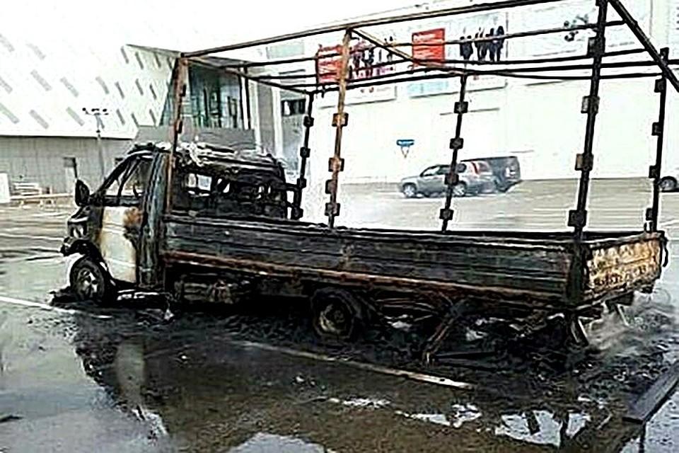 «Газель» сгорела на стоянке выставочного центра вКраснодаре