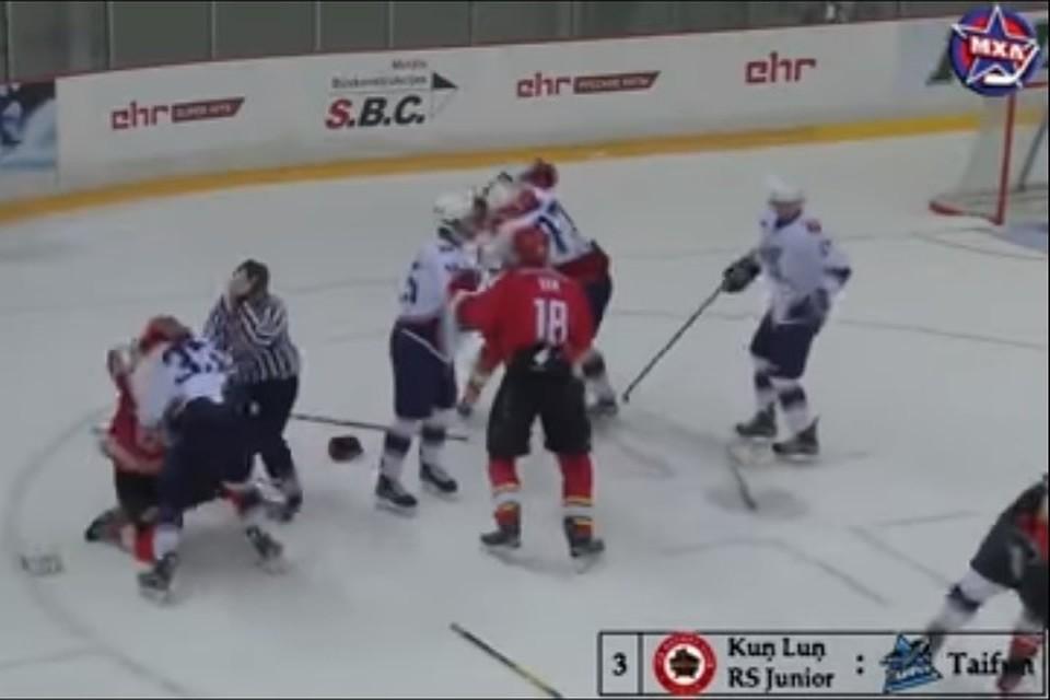 Игроки Молодежной хоккейной лиги устроили массовую драку нальду