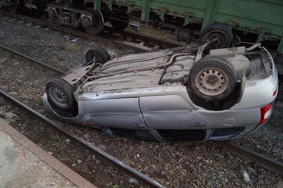 ВСызрани «Лада Калина» рухнула нарельсы сбетонной платформы