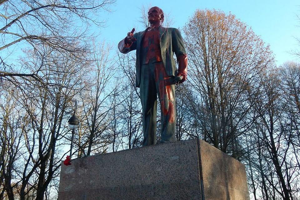 ВПетербурге облили краской монумент Ленину