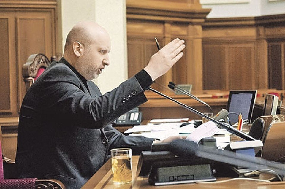 Недруг начал стягивать военные силы кграницам Украины— Турчинов