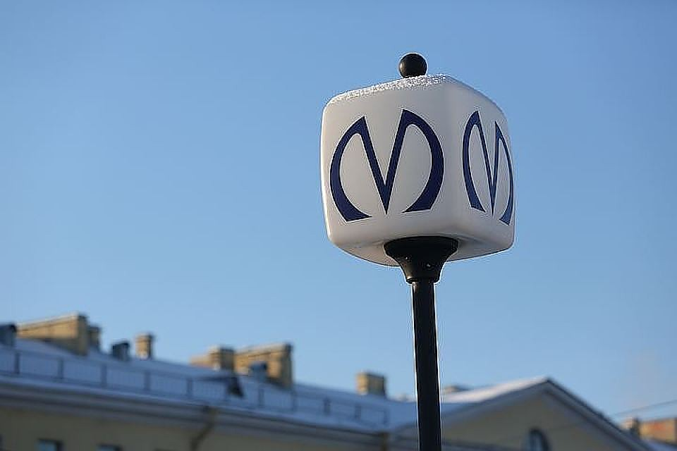 Настанции метро «Проспекте просвещения» разгуливал мужчина савтоматом Калашникова
