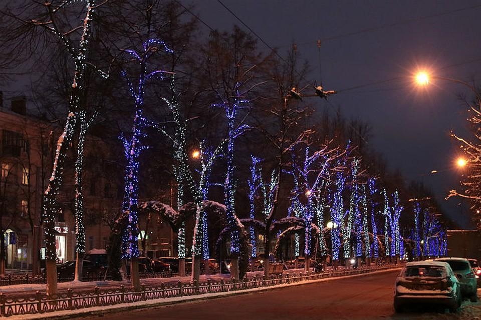 На дорогах Ярославля начали включать новогодние гирлянды