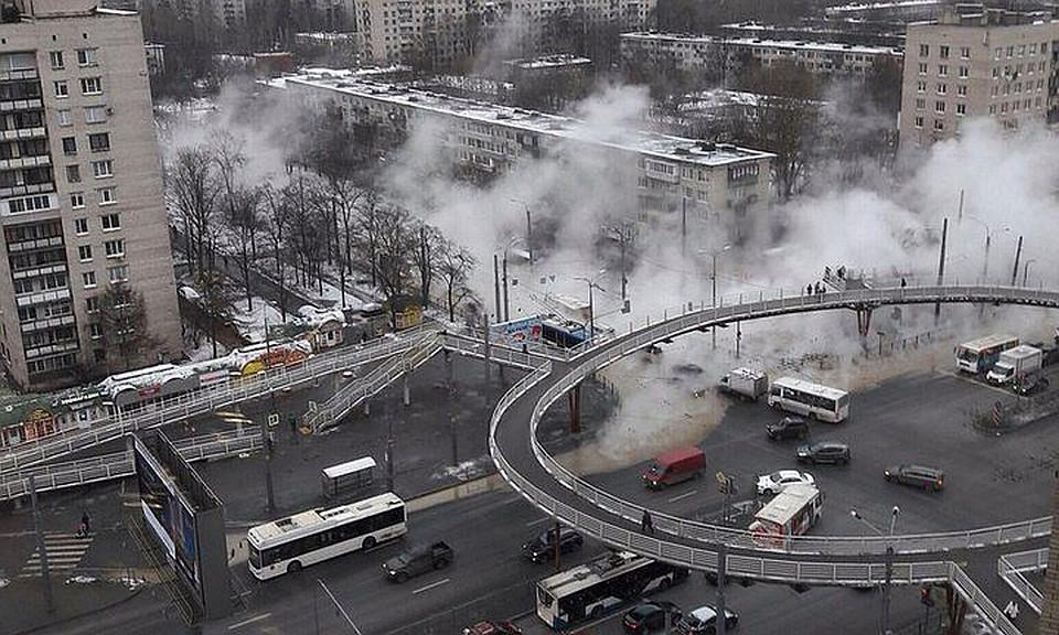 Прорыв трубы скипятком перекрыл проезд поБудапештской