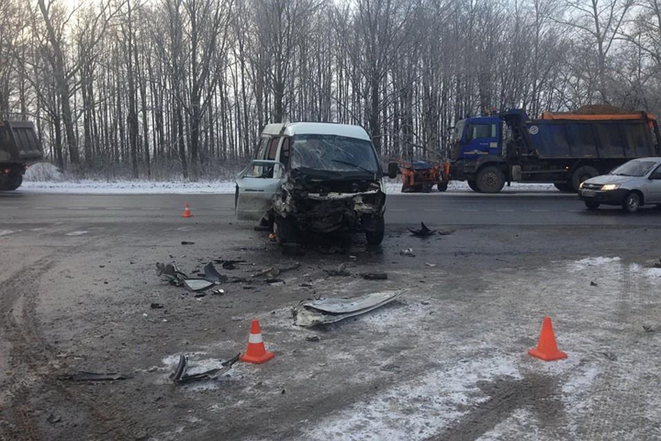 «ГАЗель» спассажирами столкнулась с грузовым автомобилем  натрассе М7