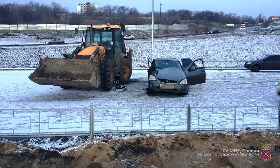 Вцентре Волгограда «Приора» протаранила трактор, шофёр убежал