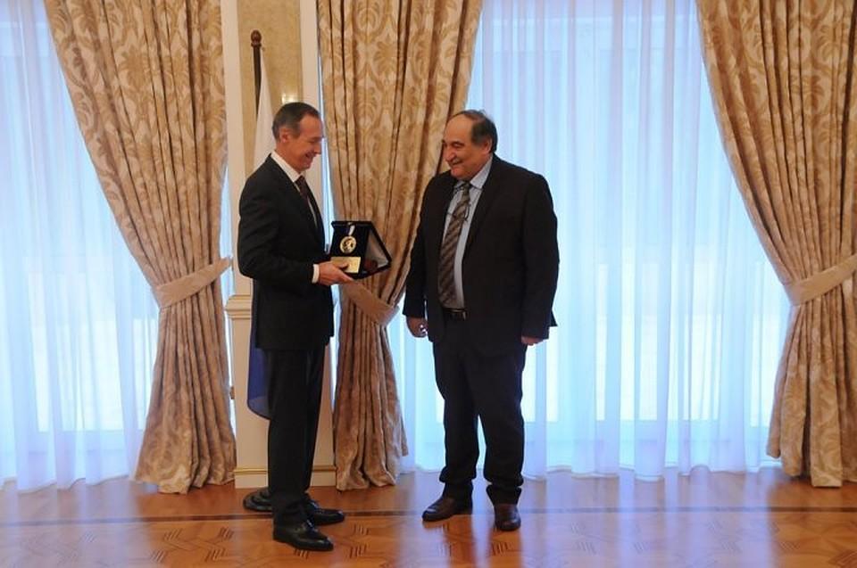 Путину вГреции передали медаль завыдающуюся деятельность
