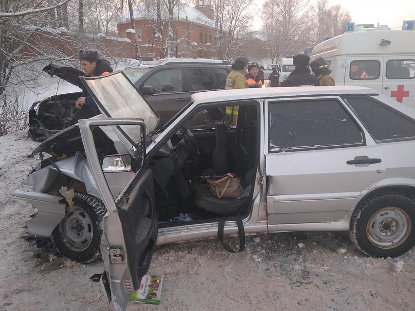 «ВАЗ» и«Ниссан» столкнулись вШаркане, среди пострадавших— семилетний ребенок