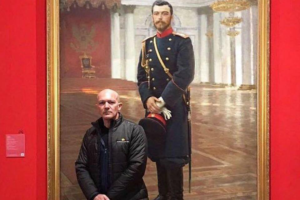 Лысый Антонио Бандерас сфотографировался нафоне портрета НиколаяII