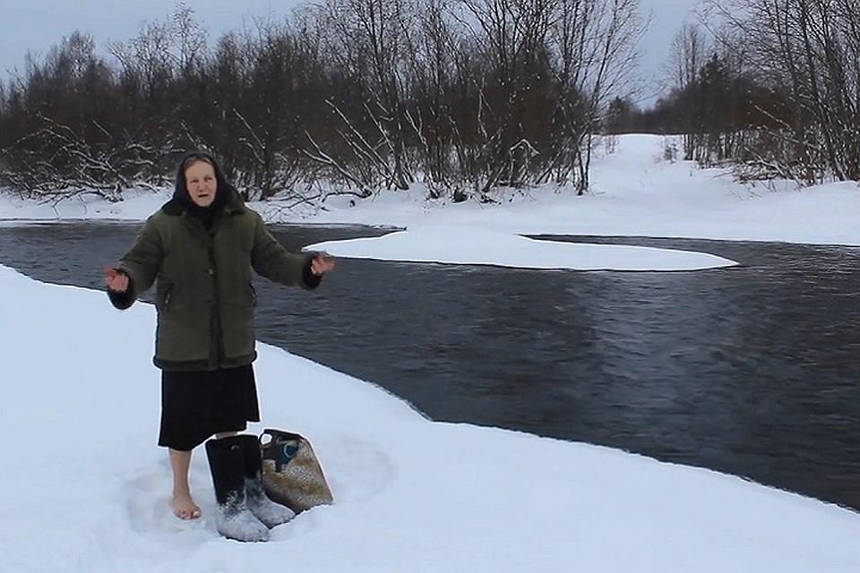 Вологодская пенсионерка босиком ходит через реку, чтобы приобрести хлеб