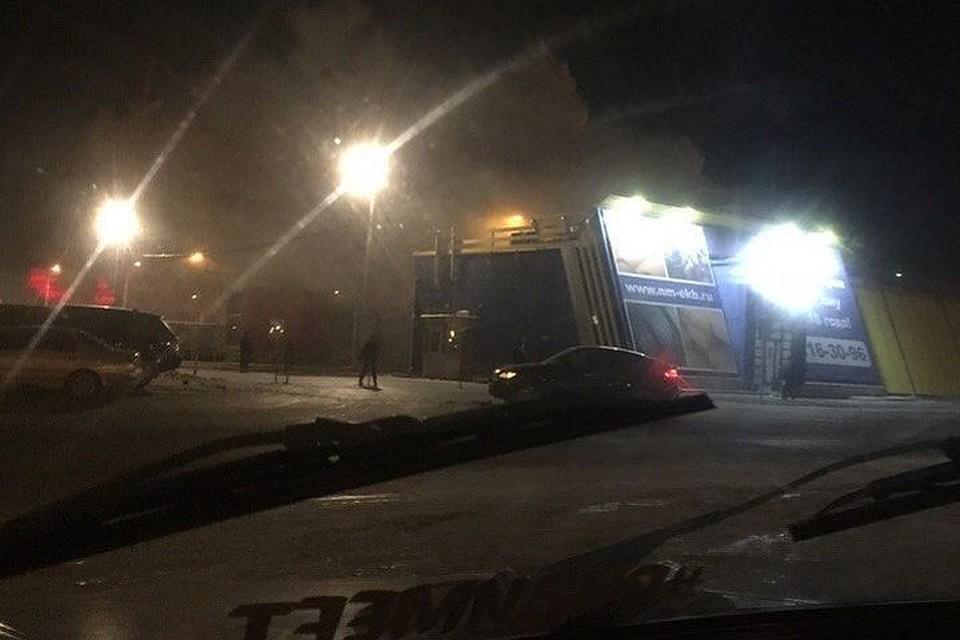 ВЕкатеринбурге полыхает торговый павильон наНовомосковском рынке
