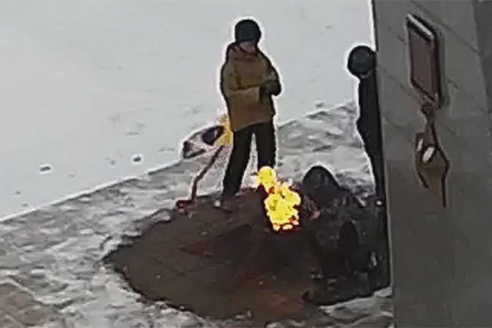 Навидео попало, как школьники затушили Вечный огонь снегом вПодмосковье
