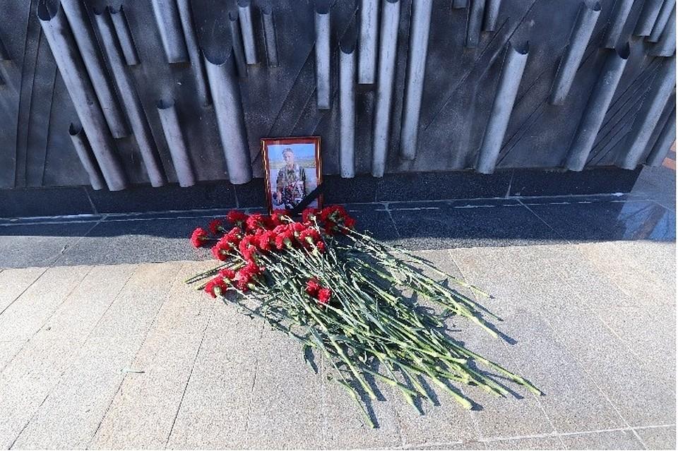 Кзданию Минобороны несут цветы впамять опогибшем вСирии летчике